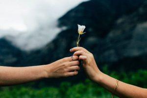 علامات حب المرأة للرجل في صمت